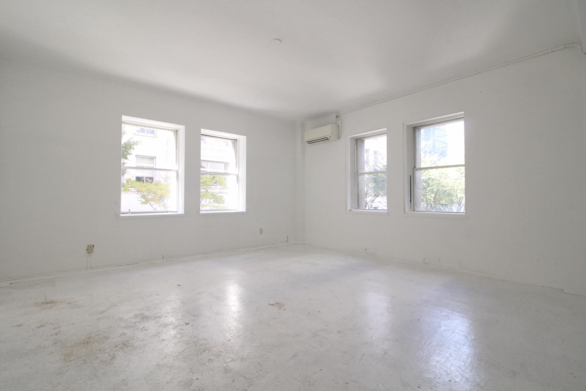 外観からは想像のつかない真っ白な空間(2階)
