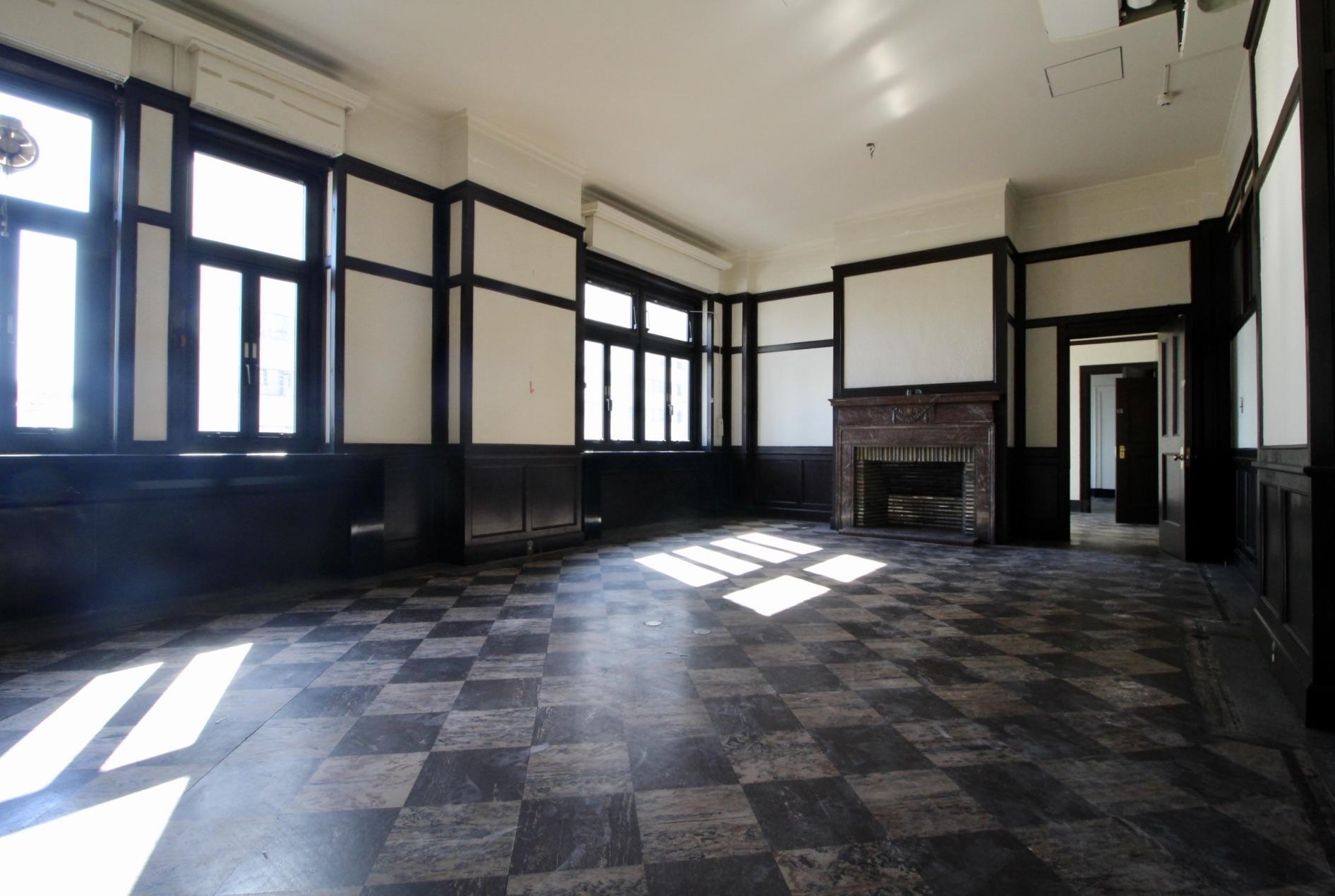 クラシックな腰壁や暖炉の残る洋間(5階)