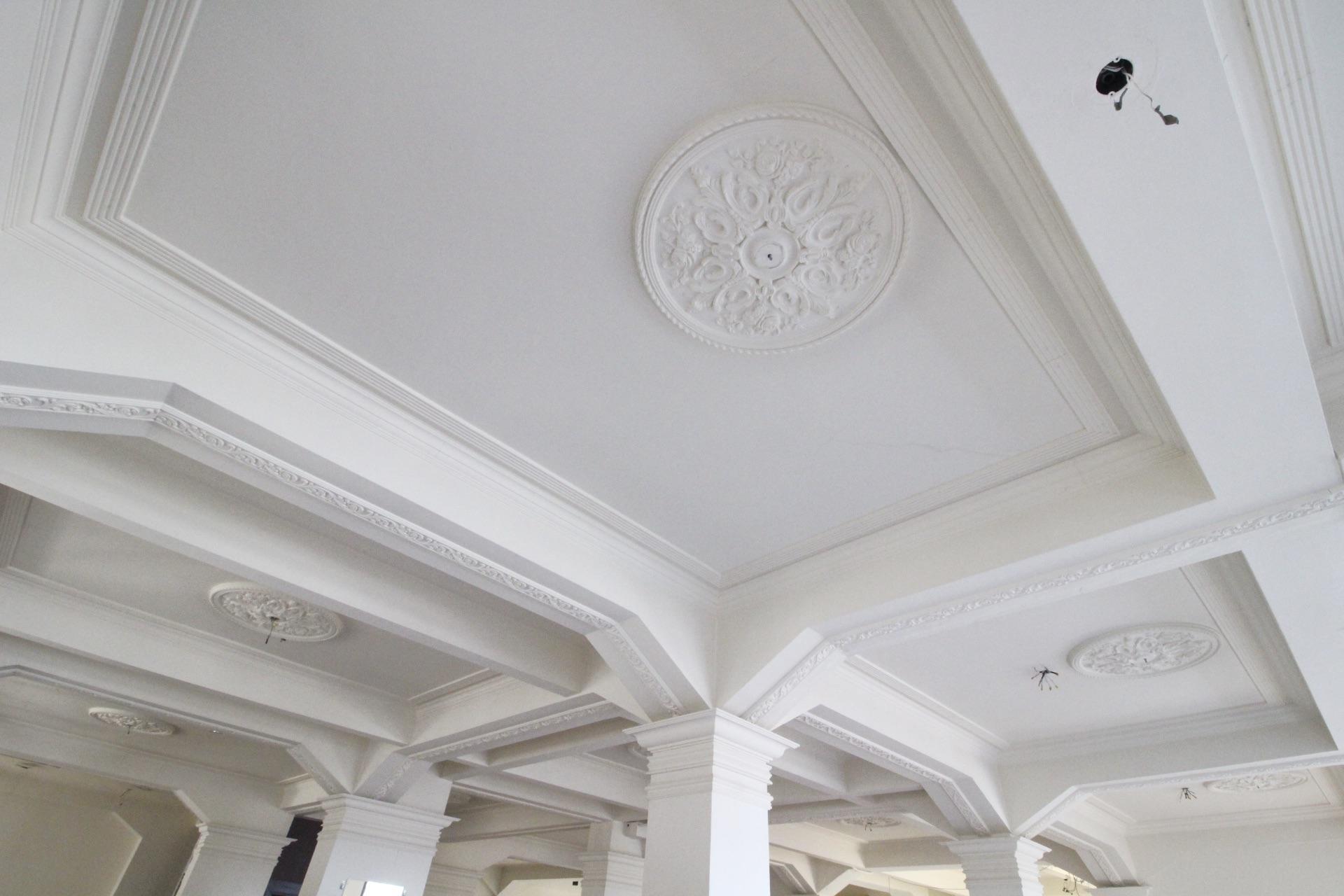 天井のレリーフが美しい(4階)