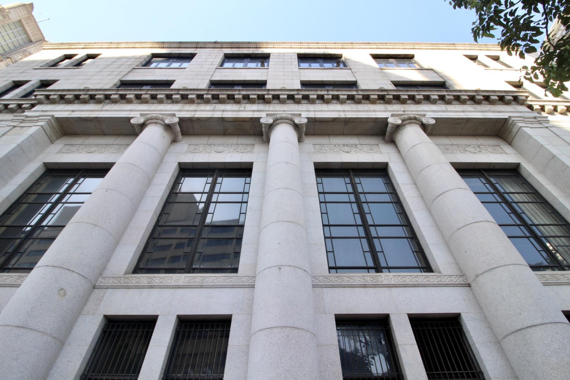 2階窓が大きく取られているのが特徴的