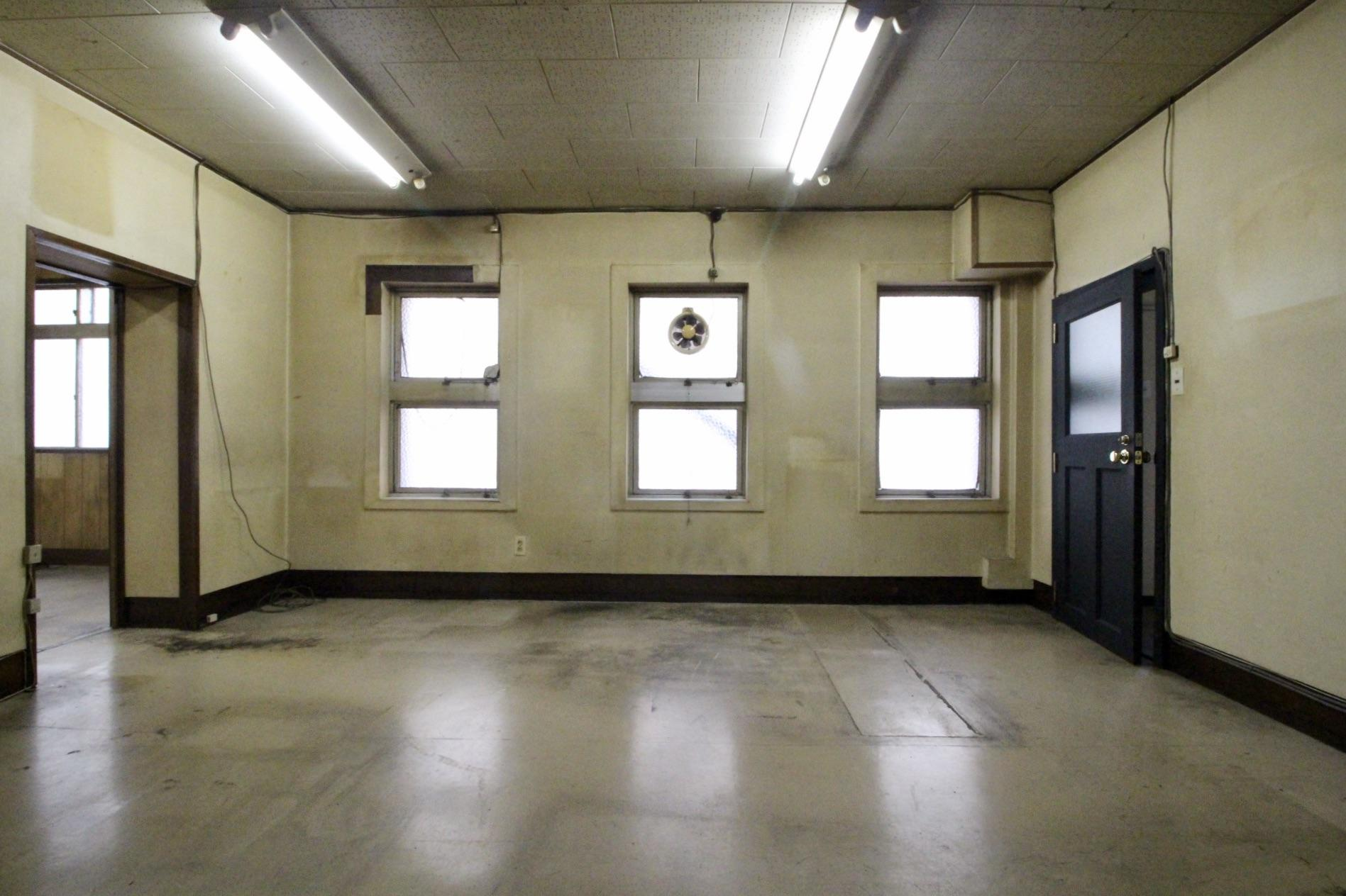 使用感や汚れもある古い事務所のような2階