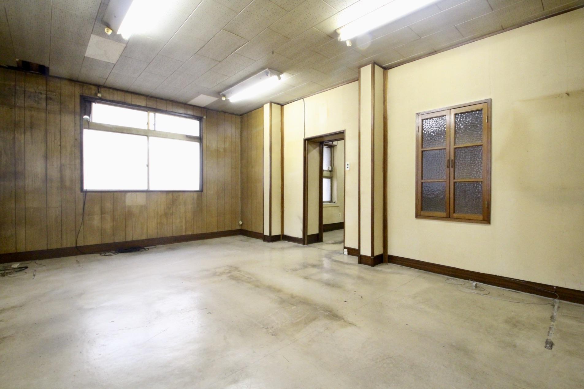 天井や壁もブチ抜いて生まれ変わるのが楽しみ(2階)
