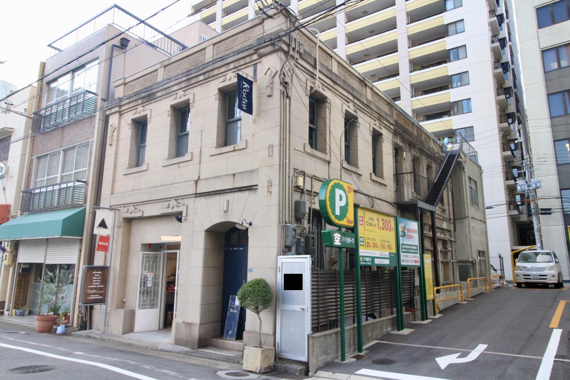 古いビルが多い栄町通でも一際目を引く存在感