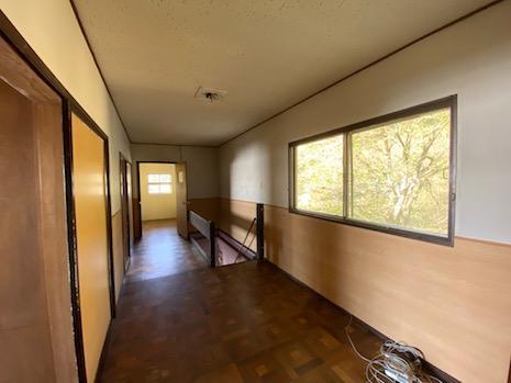 3階廊下。樹木の借景が映える。