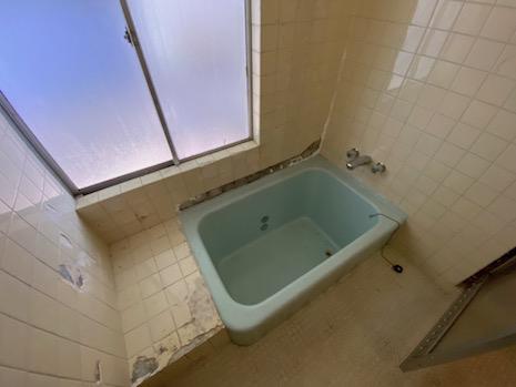 色がカワイイ浴槽は小さなサイズ感。