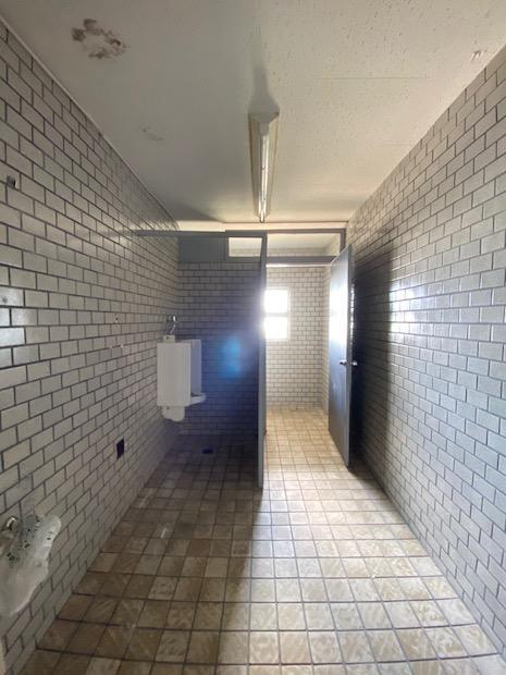 トイレ。迫力のタイル。