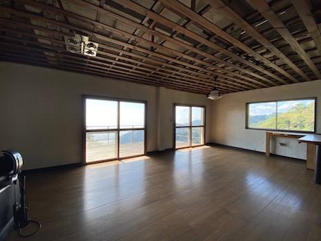 2階LDK。窓によって切り取られる風景と大空間。