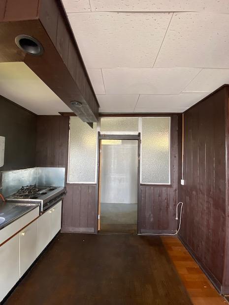 キッチン背面。木の質感はそのままに。