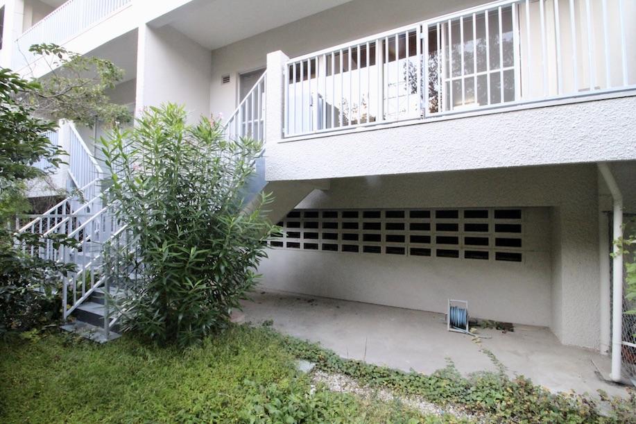 バルコニー階段から専用庭へ