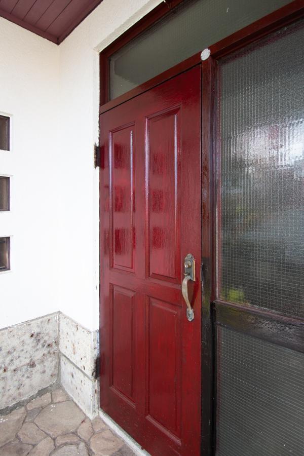 深い赤色の玄関扉