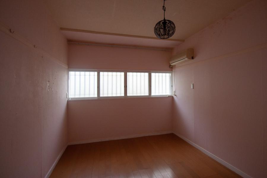 突然、薄ピンクの部屋が登場