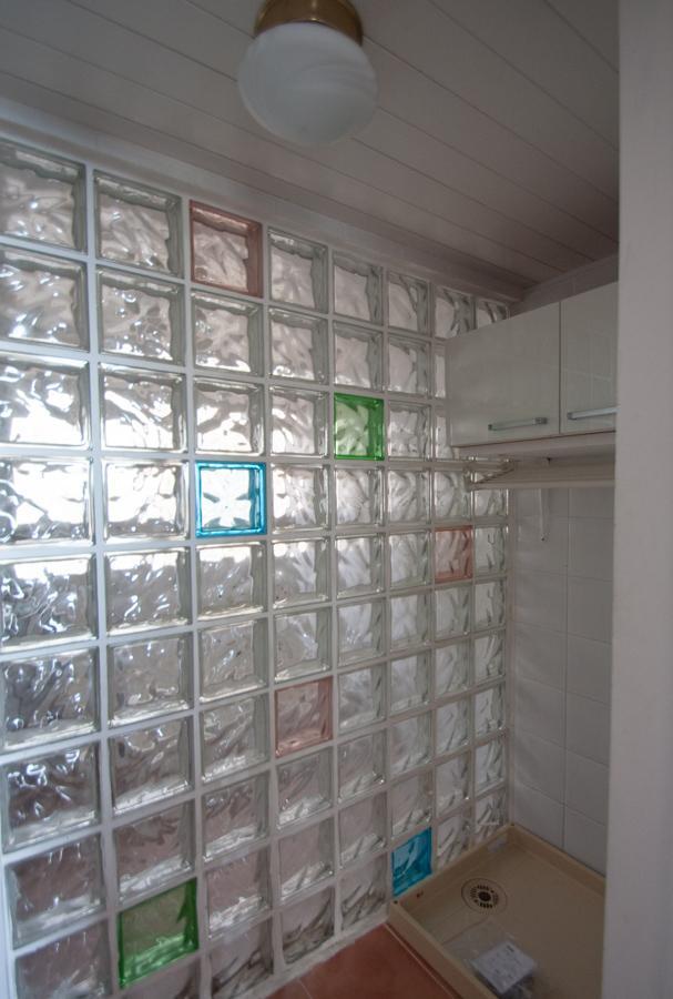 ガラスブロックのバスルームの手前に洗濯機