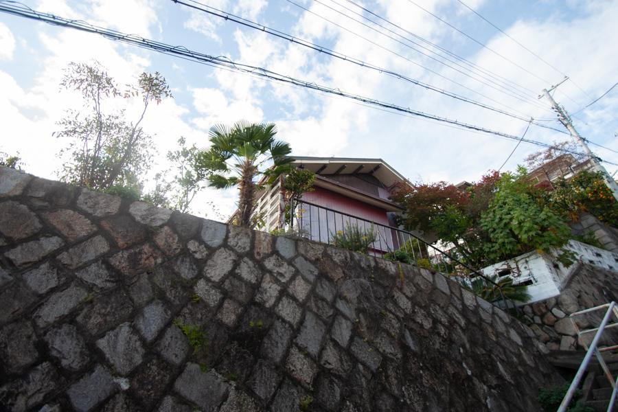 石垣の上に佇む平屋