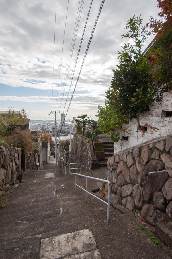 坂道と階段でのアクセス。それゆえの眺望