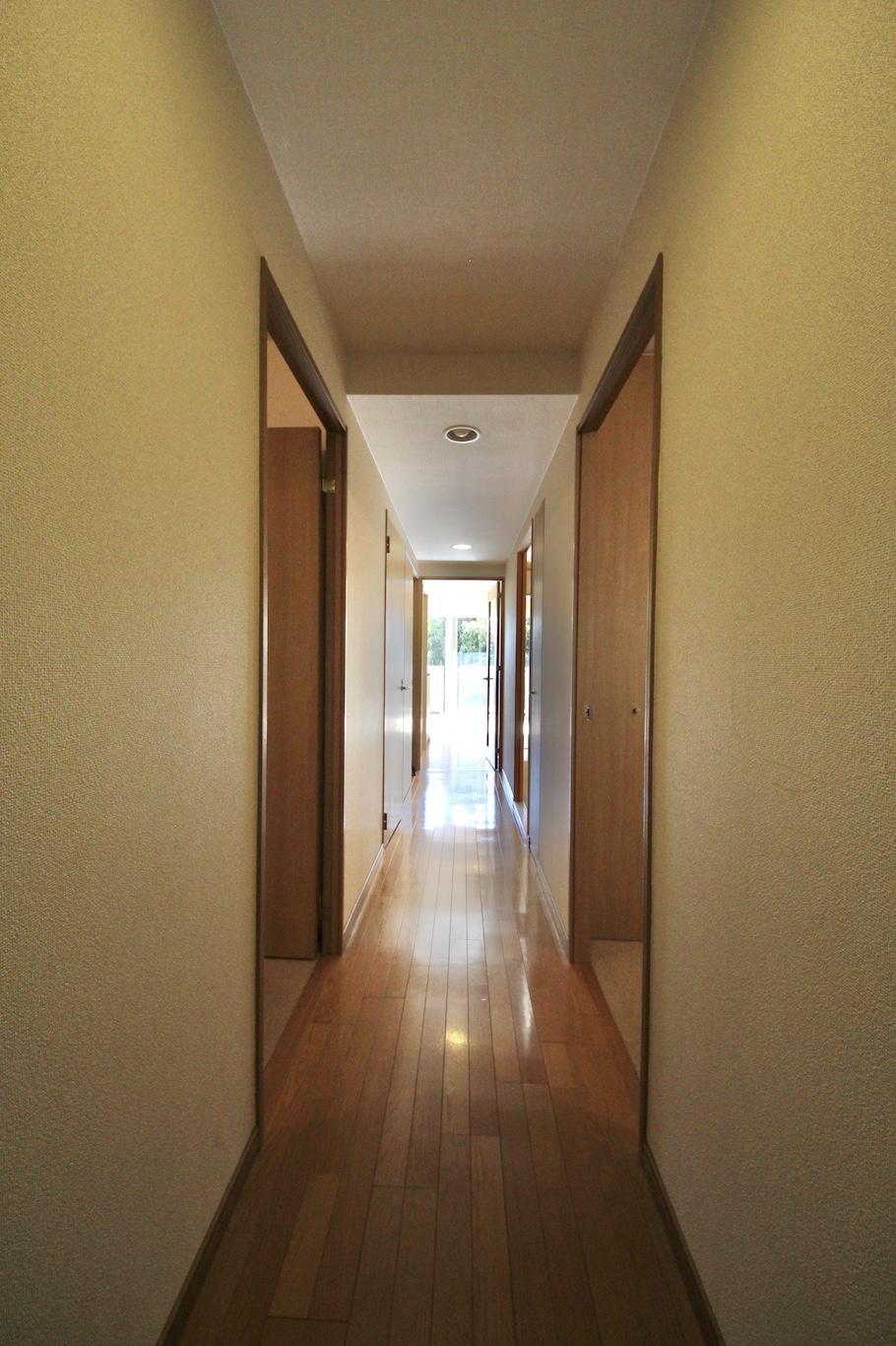 玄関から既にリビングの光が