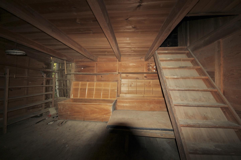 裏の蔵1階 左奥が壊れています