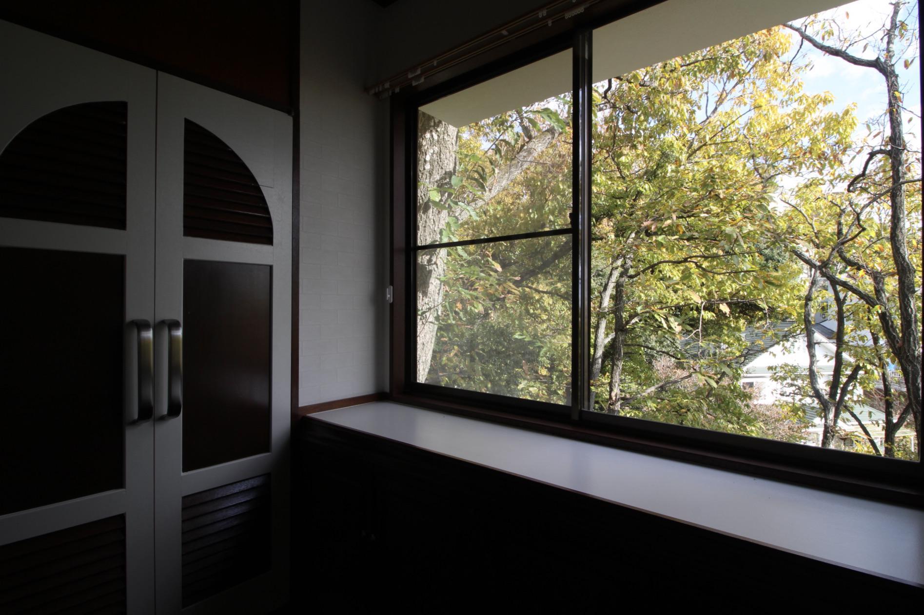 仕事が捗りそうな森の書斎(1階北側洋室)