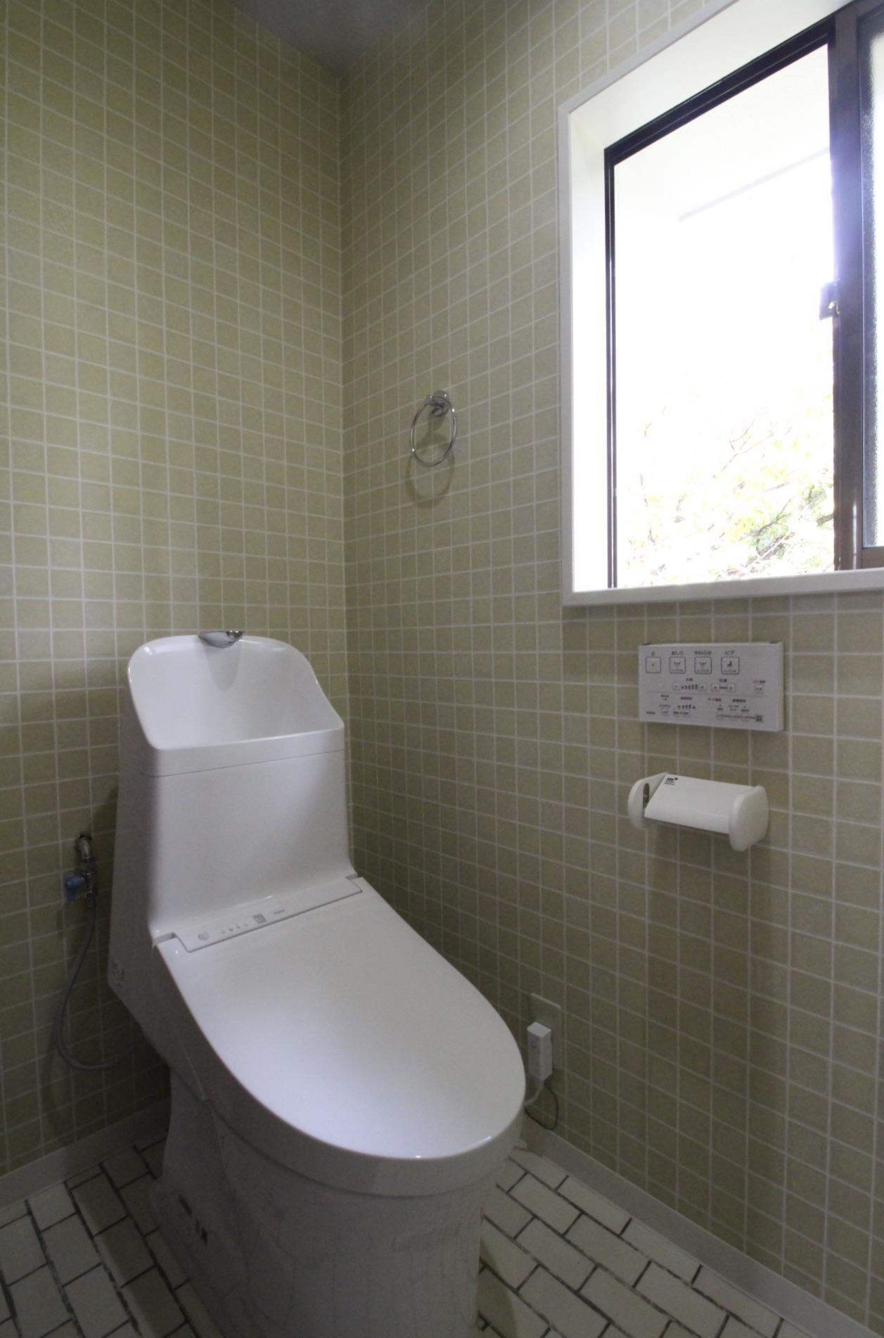 トイレも窓から森