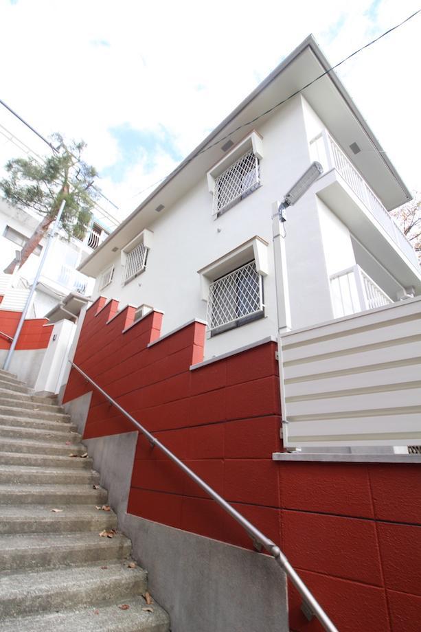 赤い外壁が目印