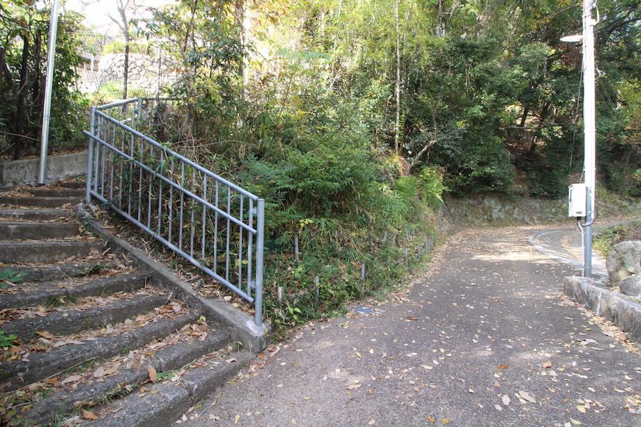 左の階段を登ると本物件