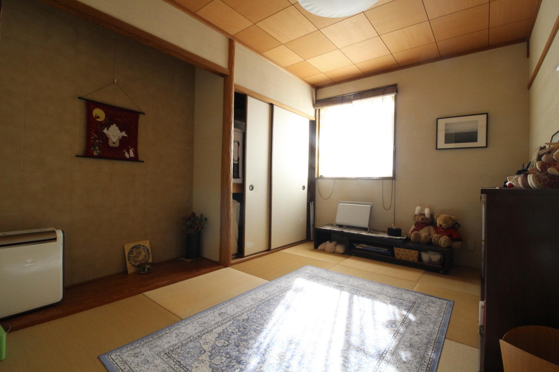天井板に床の間までしっかり造り込まれた和室