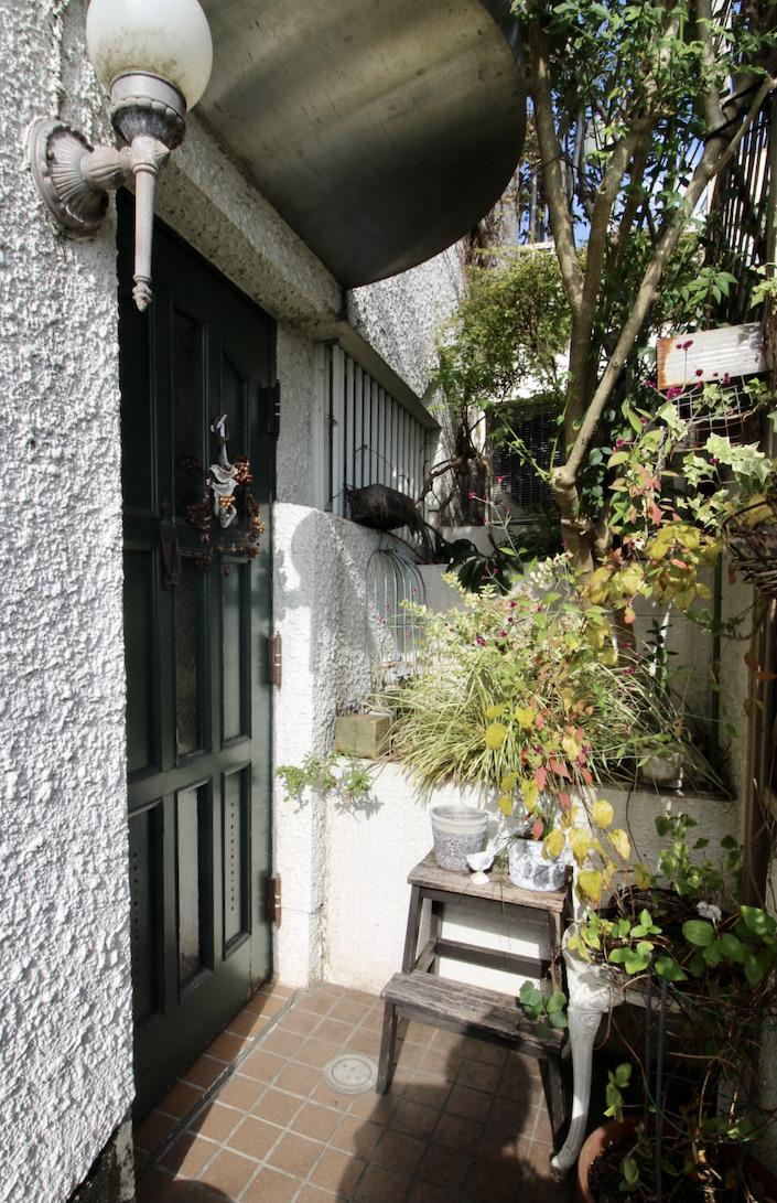 細い階段アプローチの先にあるエキゾチックな雰囲気漂う玄関