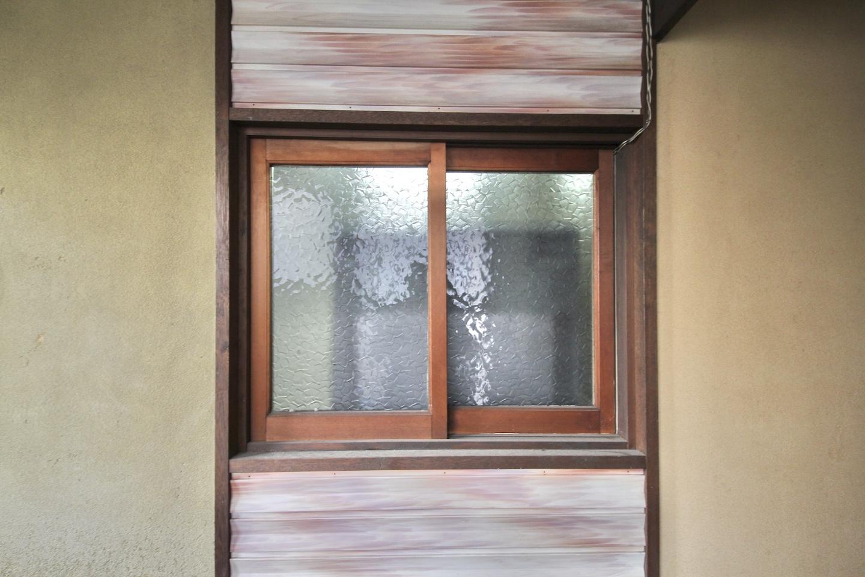 玄関とキッチンの間の木枠窓