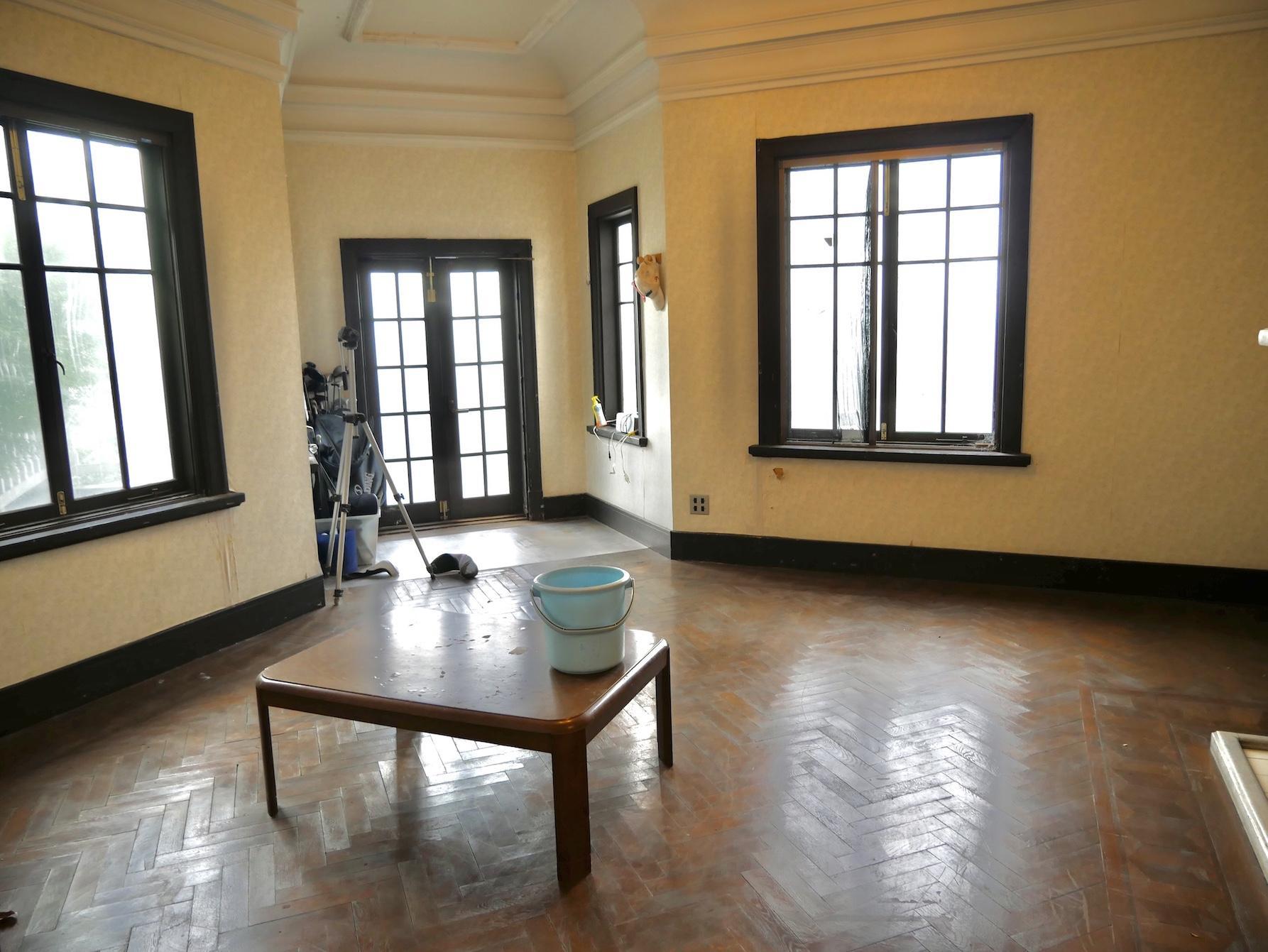 2階メイン洋室 年季の入ったヘリンボーン仕上げ