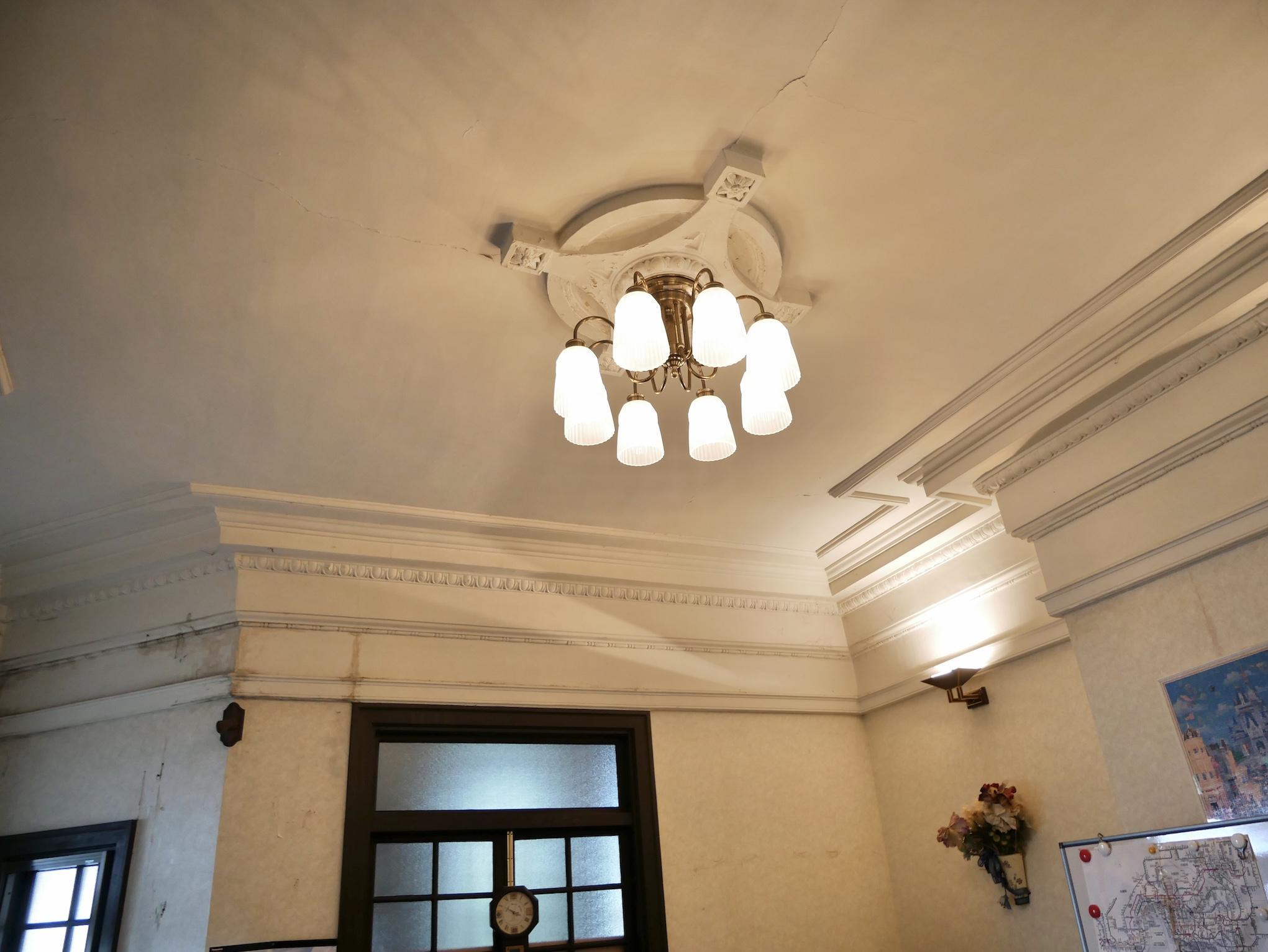 モールディングが巡る装飾的な天井