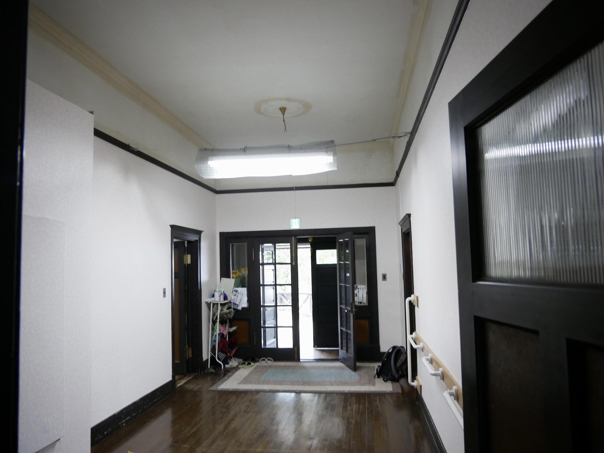 洋館1階の玄関と廊下