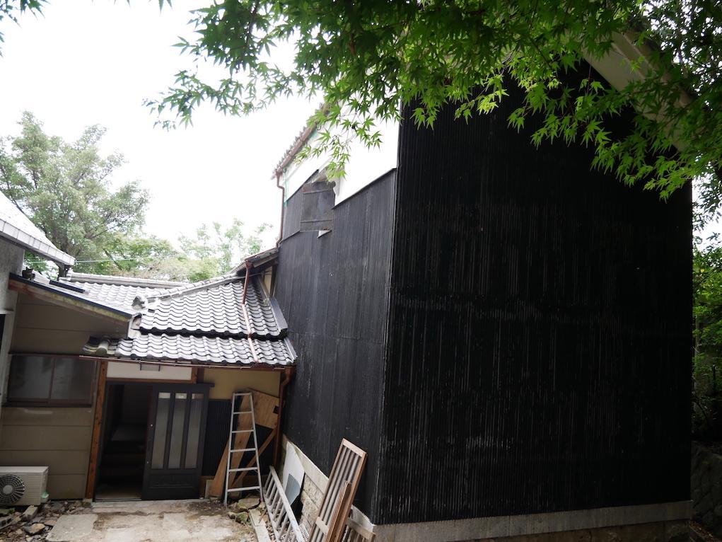 和風建築裏側 黒い建物は蔵