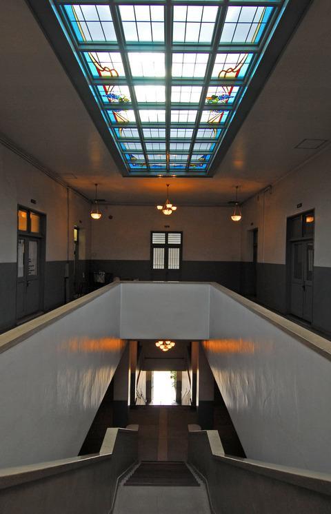 吹き抜け天井のステンドグラスから自然光が差し込む様は神々しい