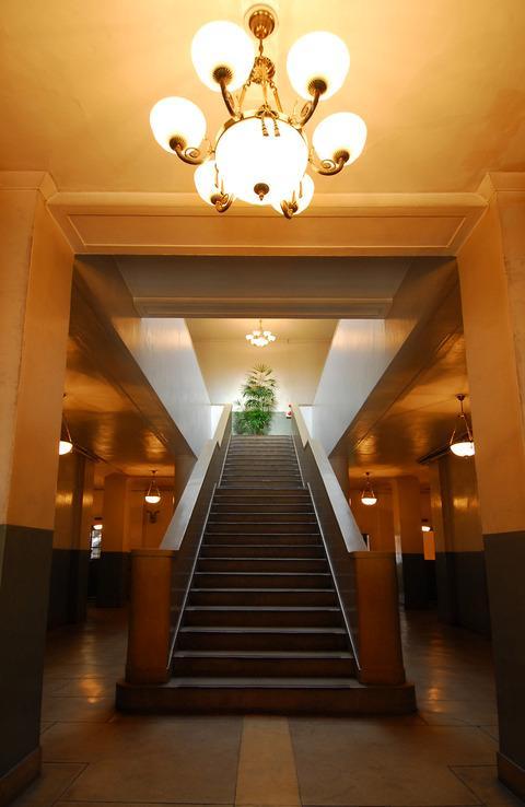 正面入口から一直線に鎮座する重厚感のある階段
