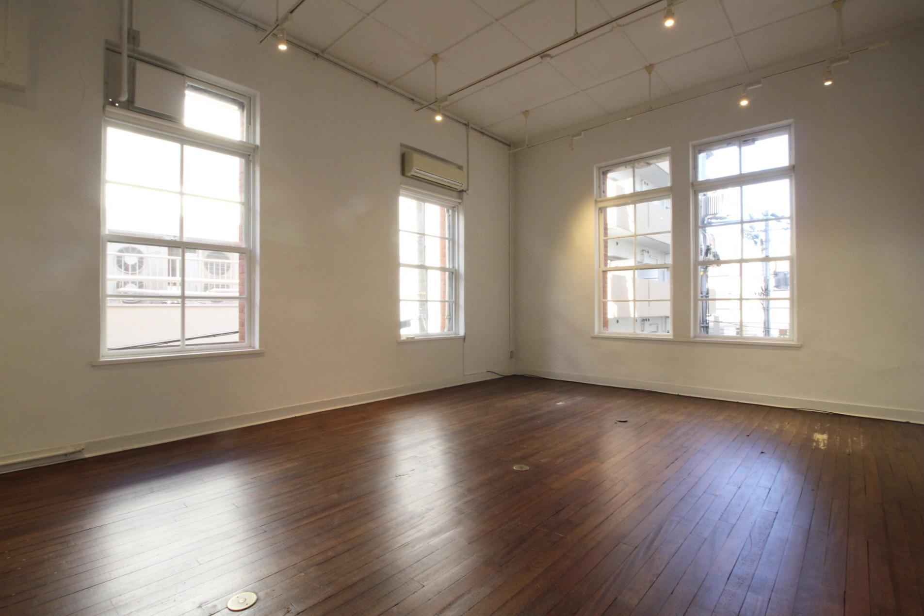 木製サッシの上げ下げ窓に、味のあるブナ材の床