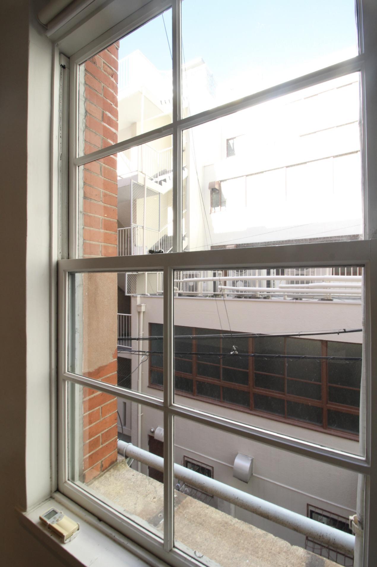 木製サッシの上げ下げ窓(207号室)