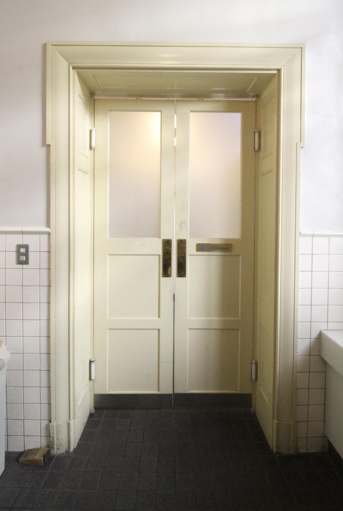 トイレの建具もレトロ