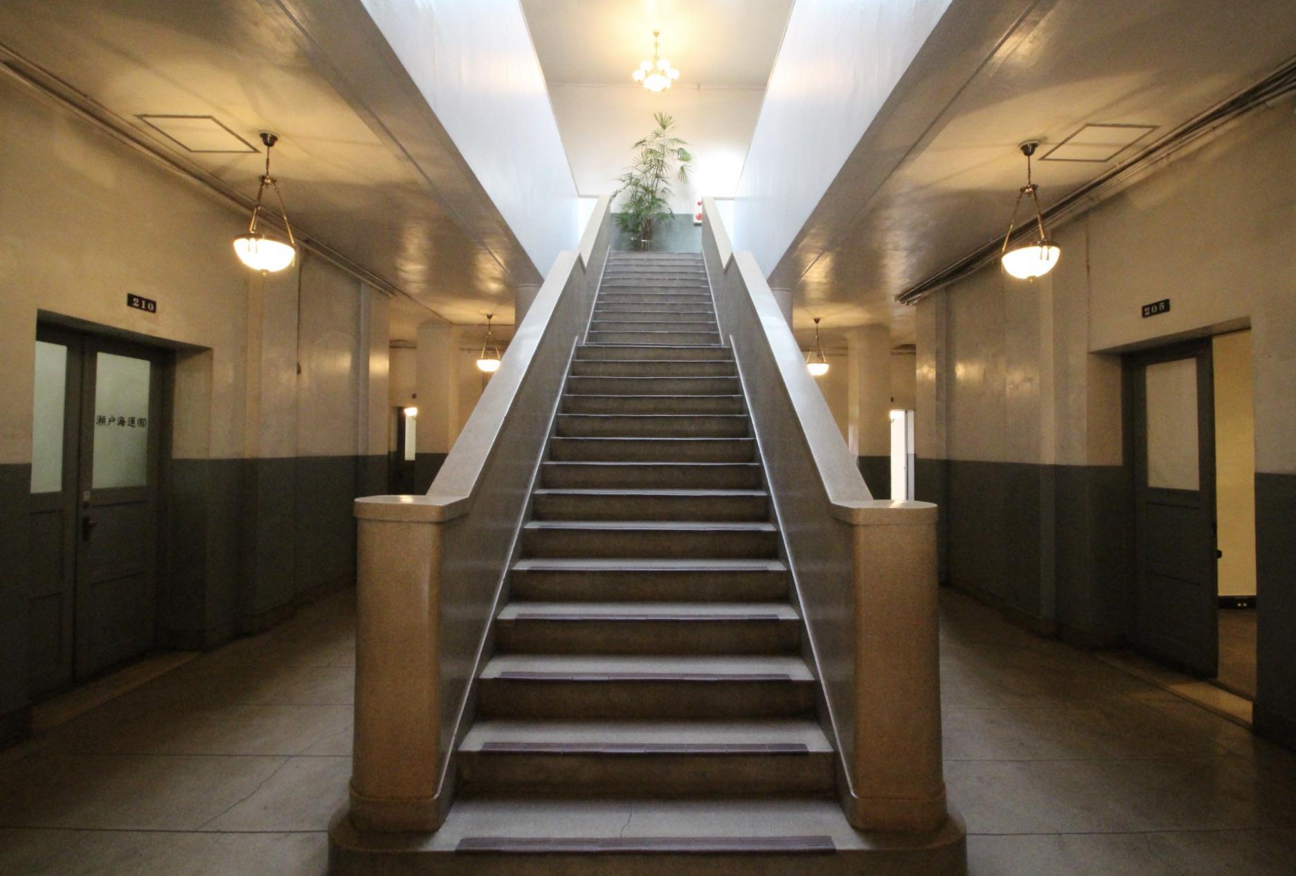 建物中央に鎮座する重厚な階段