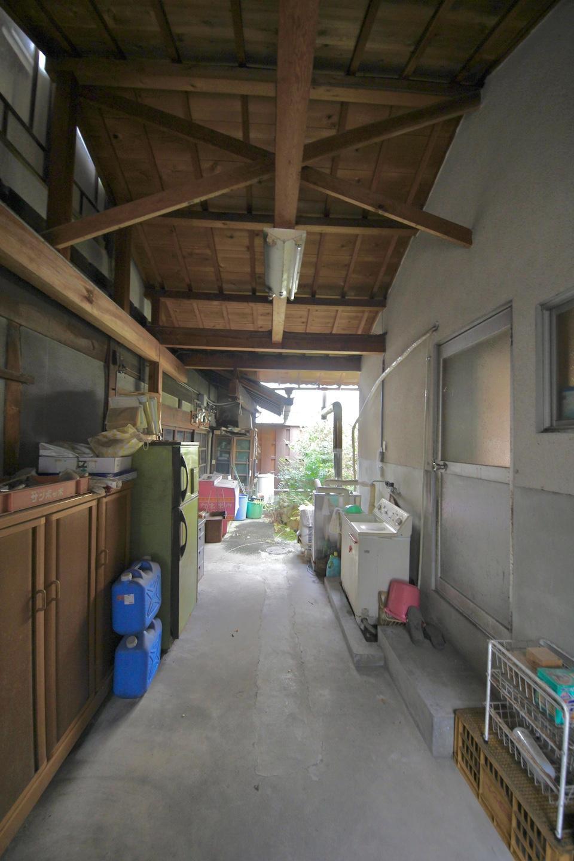 居住部分と工房部分の間にある半屋外空間