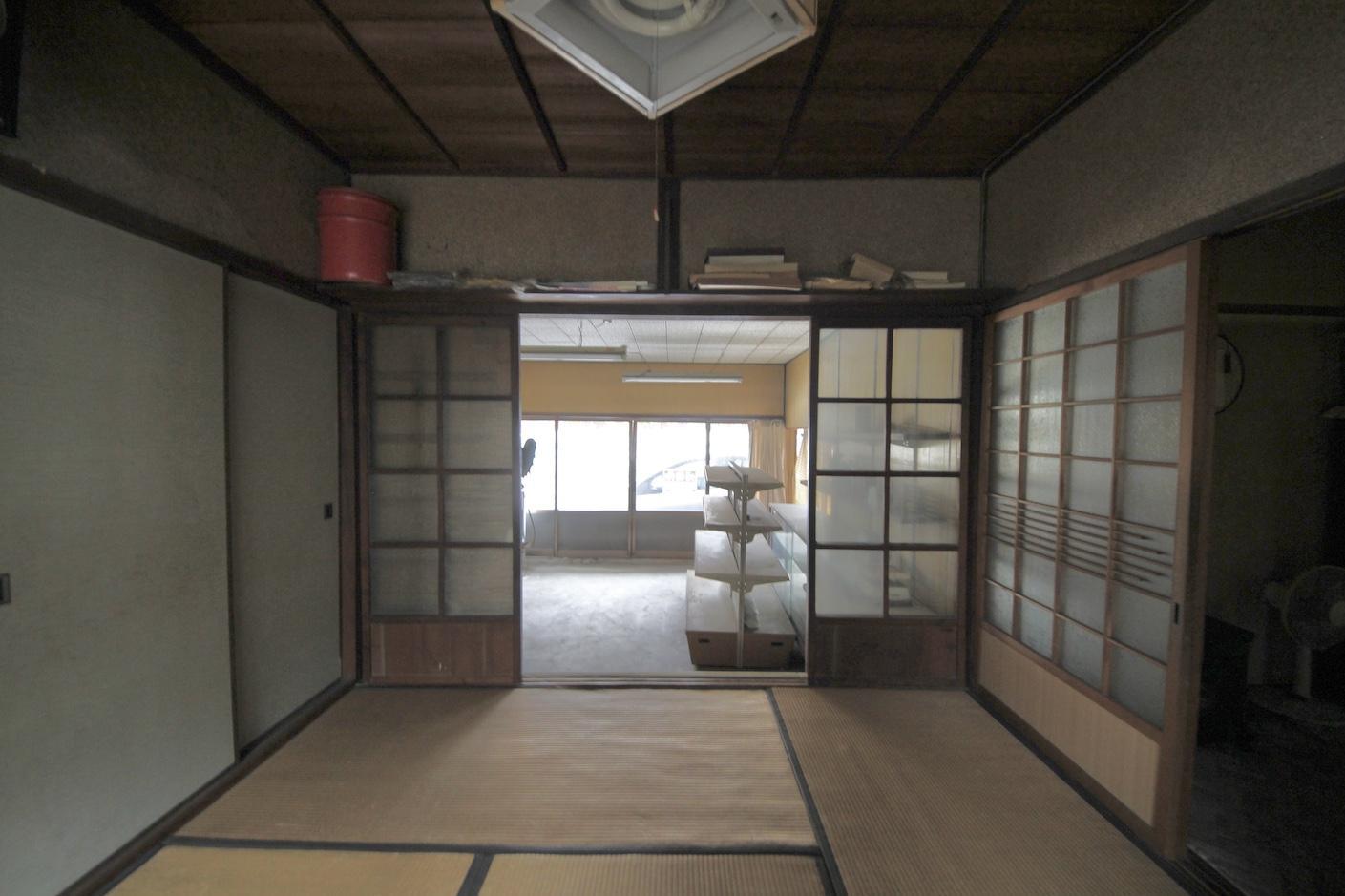 1階和室は店舗部分とダイレクトにつながっている