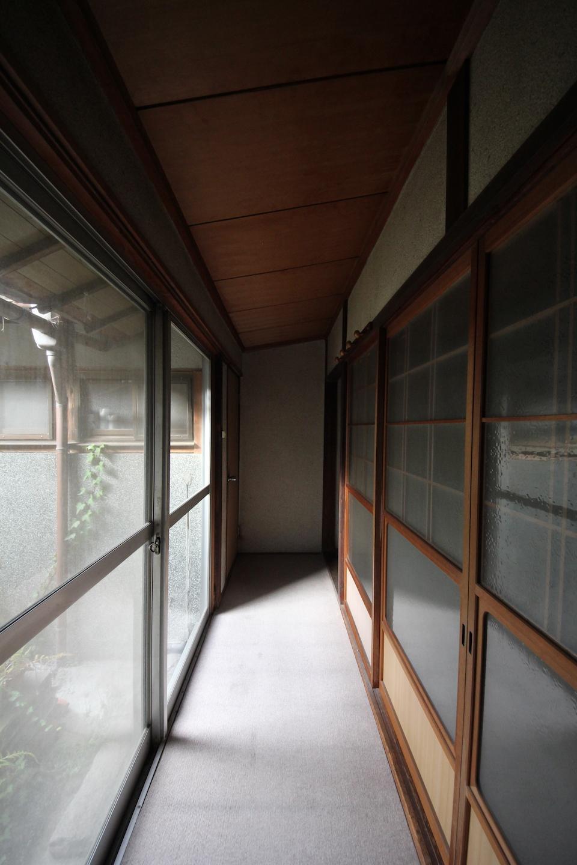 1階廊下 左に中庭