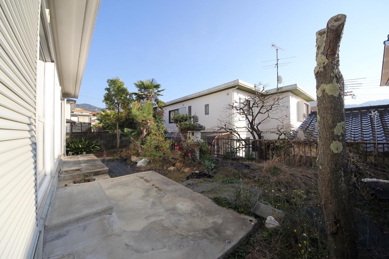 南側の庭は日本庭園風というギャップ