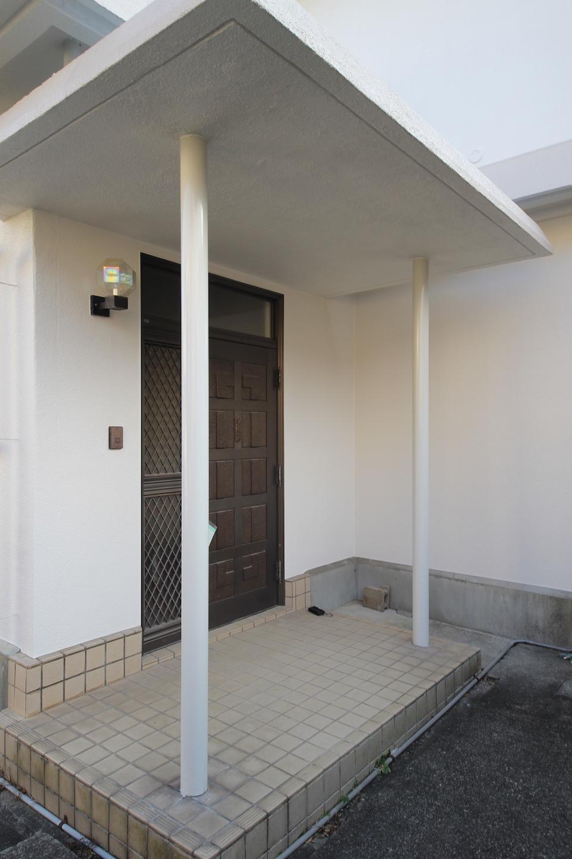 玄関 細い円柱のプロポーションがシンプルで好きです
