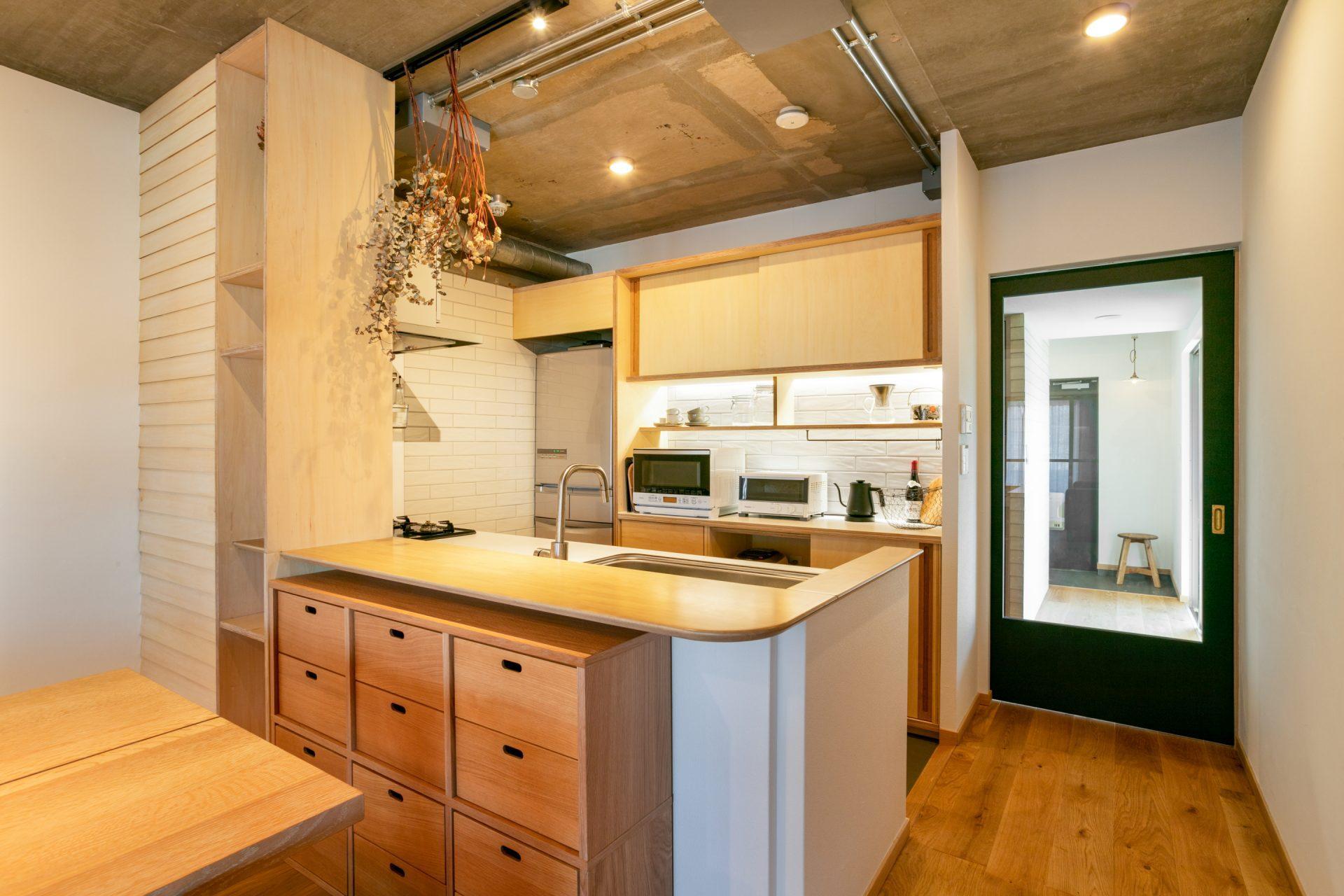 空間に馴染むように製作された収納棚やカウンターに、鎧貼の壁も愛らしい