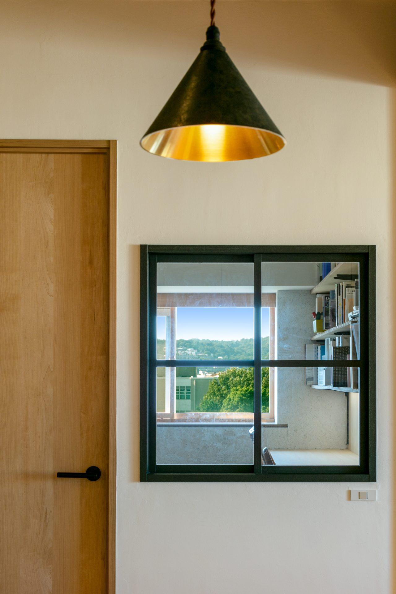 小窓で繋がるダイニングと東側洋室