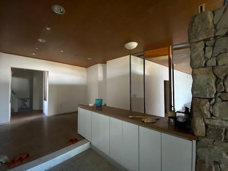 玄関ホール。石積みと木天井で穏やかな空間。