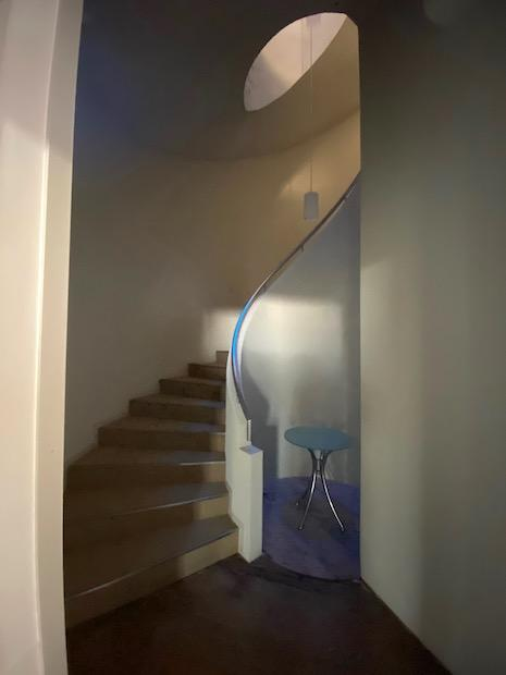 階段にトップライトが降り注ぐ。