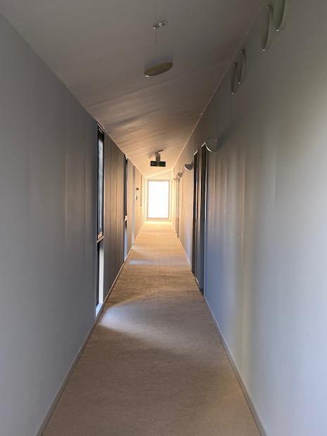 2階廊下。奥窓からこぼれる光。