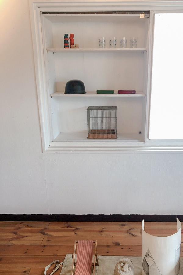 窓枠を利用した棚は飾り棚にも◎
