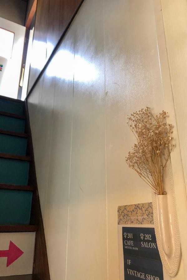 階段を上がって募集区画へ