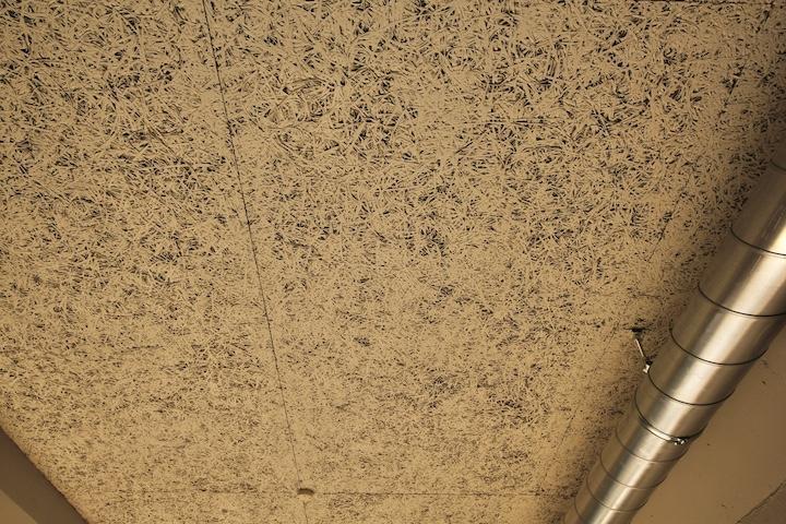 木毛セメント板むき出しの天井
